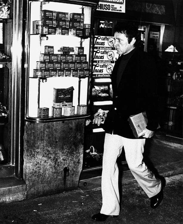 Richard Burton prowls the streets of Italy